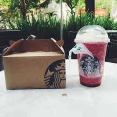 🔵 Starbucks thì thôi khỏi k nói dông dài vì quá quen thuộc với mng rồi, mình thích nước uống của Starbucks, ngoài ra mình cũng thích của The coffee bean. Trg tất cả thì mình thích chi nhánh này vì thường vắng vẻ so với các chi nhánh khác, và cũng do tiện đường về nhà mình. Chi nhánh này có chị Barista tóc ngắn rất thân thiện, hay cho mình nhiều whipping cream cực 🔵 Lâu lâu thay đổi nước uống, raspberry black currant ngon thì ngon đấy nhg chua cực 😢😢😢 uống đc 1/2 ly là dừng tại mình k hảo chua lắm, thích ngọt thôii. Ai thích chua thì đây là lựa chọn lý tưởng. Ly này 100k nha
