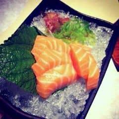 Nói chung là bạn nào là big fan của sushi thì nên đến đây thử nhé! Nói về sushi là ta nghĩ ngay đến cá hồi sống. Mình là mình chỉ thích ăn cá hồi sashimi thôi cho nên chấm điểm quán là dựa trên yếu tố cá hồi có đủ độ tươi sống không, mà phải nói là cá ở đây rất tươi, béo ngậy, cắn vào 1 cái cảm giác miếng cá tan chảy trong miệng mình luôn!