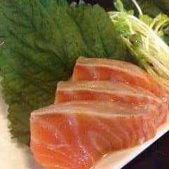 Cá hồi tươi, ngọt ăn như tan trong miệng vậy. Miếng cá cắt rất dày, ăn siêu đã luôn. Rau ăn kèm tươi rói rất hấp dẫn. Mù tạt cay nồng lắm. Một phần giá cao nhưng chất lượng và ngon hơn tokyo deli. Nhân viên pv tốt, không gian quán sang trọng hơn.