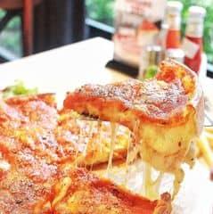 Lớp phô mai Mozzarella nhiều gấp mấy lần các chỗ khác ý:* sốt cà chua phủ lên tôm mực đậm đà rất vừa miệng^^