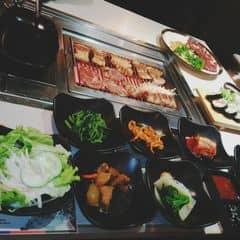 King trên vincom khôg có buffet . khôg gian hẹp ko thoải mái nhìn ngộp sao ý 😞 mìh kiu set thịt gì quên mất rồi thêm sushi vs 2 pepsi tươi tận 22k 1ly 😭 pepsi thường thôi mà😛 thịt ướp nhạt cứ như k ướp sushi bth ko có ji đặc biệt panchan ăn hết cứ gọi nv lấy thoải mái free 1binh nuớc lọc. phải trả thêm 10% thuế vat nữa nha 😞 điểm cộng duy nhất nv nhiệt tìh😣