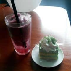 Smoothie việt quất + cake matcha của Hoài Bim tại Urban Station Coffee Takeaway - Xuân Thuỷ - 1832091