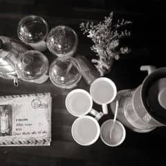 AN NHIÊN - BÊN THỀM Mượt mà & thuần khiết. An nhiên cùng tách cafe buổi sáng. Vị đắng xen lẫn ngọt nồng của mật ong. Hòa quyện cùng nhau tạo nên huơng vị mượt mà.