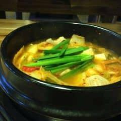 Giá rẻ và rất chất lượng. Nước súp cay cay, đậm đà và rất ngon. Thịt ba rọi cho nhiều. Kimchi và đậu hũ non ngon. Ăn kèm có chén cơm nữa. Ăn no lun. 2 ng gọi một thịt nướng một súp là ứ hự lun. Quán tối đông dã man. Nv pv tốt.