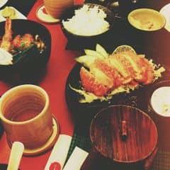 Đó giờ đi ăn thì thích ăn sushi ở tokyo deli nhất vì rẻ và món ăn đa dạng mà lại ngon. Trrn hình là món mì udon hình như 69.000 và món cơm heo chiên xù phải nói là cực ngon nhé. Đối với mình ở tokyo deli ngon nhất là cơm cuộn lươn vói cơm bò xốt tiêu. Bánh xèo ngon mà to, 1 mình ăn no căng. Bánh bạch tuộc mềm, bạch tuộc dai mà do ăn lần đầu không biết nên thả nguyên cái vô miệng nên bị phỏng. Sushi cá ngừ cay thì tuyệt vời ngon, cá ngừ sống mà không hề bị tanh. VAT 10%.