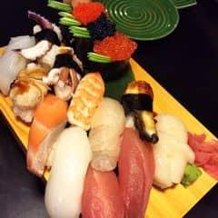 Sushi ngon số dzách. Vị trí: rất gần công ty nên nếu đi đông mình sẽ ghé quán này. Không gian: Ưu điểm là nơi có vị trí lớn nhất trong hệ thống Sushi bar, sau khi đã di dời từ Tôn Đức Thắng   nên gọi điện đặt chỗ trước nếu đi đông   Giá cả: So với các quán Nhật khác thì giá cả ở đây theo mình là rất vừa túi tiền.   Thức Ăn: Một số món mình hay gọi: Các set sushi A,B,C , maki chiên, 1 vài loại sushi có trứng cá, cá hồi nướng (phần bụng), set sashimi, lẩu nấm với bò Úc (bò kobe đắt, nếu mình trả tiền thì không gọi), lẩu bò nhúng trứng tươi. tempura thập cẩm, mực muối ăn với cơm trắng rất ngon, rau mực chiên giòn. Mình sẽ không gọi các loại mì udon ở Sushi bar vì mình thấy không chuyên, không ngon.  Ngoài ra là set ăn trưa 22k/người gồm cơm trắng, trứng hấp, canh miso  Phục vụ tốt.