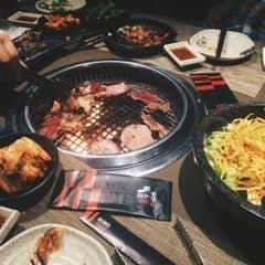 Sumo Bbq thì không nói ai cũng biết , đây là một trong chuỗi nhà hàng nướng lẩu của goldengate . Thịt nướng ở đây khỏi nói được tẩm ướp đậm đà hương vị tuyệt vời ăn kèm cũng lá xà lách một chút kim chi và nước chấm . Hiện nay trên a đây rồi có bán deal đi ăn Sumo bbq ở Vincom Bà Triệu với giá rất hợp lí https://deal.adayroi.com/buffet-nuong-hoac-lau-tai-nh-sumo-bbq-khong-phu-thu-duy-nhat-tai-adayroi-p12210200 ngoài nướng thì còn có lẩu và các loại sushi và salad cực đa dạng để hoà quyện giữa thịt va rau không bị ngấy.