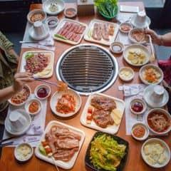 Daebak Gogi - Mới khai trương từ đầu tháng 12, nhà hàng chuyên về các loại thịt nướng Hàn Quốc với chủ quán là người Hàn. Menu phong phú nhiều lựa chọn với thịt heo và thịt bò, hải sản các loại, tất cả các loại thịt đều được nhập khẩu, công thức ướp thịt được lấy trực tiếp từ Hàn Quốc.  Ngoài đồ nướng, ở Daebak còn có cả set ăn trưa với mức giá hợp lý. Cũng có các combo thịt để dễ lựa chọn. Các món ăn khác như cơm, canh Hàn Quốc đều có để phục vụ. Chất lượng món ăn rất tốt mà giá cả thì không quá cao, vừa túi tiền.   Từ giờ tới hết tháng 12, ở nhà hàng đang có chương trình ưu đãi tặng 1 trong 4 món (cơm trộn, canh đậu hũ hải sản, bánh xèo kim chi, miến trộn) dành cho khách hàng tới gọi menu thịt nướng.