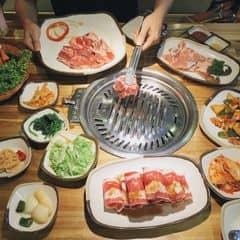 Gogi thịt lát dày, tươi ngon, ướp vừa ăn, thịt nướng than thơm lừng, cuộn rau, kim chi và chấm nước sốt chỉ muốn ăn không ngừng.