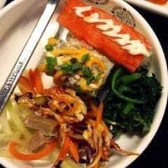 Đồ nướng ở đây khá là ngon và phong phú. Có 3 mức giá nhưng thấy mức 199k cũng ok rồi. Còn mức 300k hơn thì thấy hơi chát với học sinh, ai đi ăn với gia đình thì tranh thủ ha 😂😂 Mấy thứ đồ ăn thêm thì chủ yếu là sushi, rau, đồ chiên,... Sushi thì bình thường nhưng mấy món rau thì mình thấy khá là ngon 😄 Đôi khi thì phải chờ lâu vì chưa có bàn, nhưng cách phục vụ thì ok. Nói chung là mình thích bởi đồ nướng ngon + ăn được nhiều :))) cách phục vụ thì cũng tốt. Tóm lại là TỐT