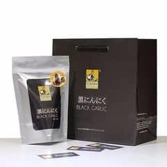 Tỏi đen được giới thiệu lần đầu tiên bởi người Nhật vào năm 2005, Tỏi đen ngày càng được người tiêu dùng quan tâm và sử dụng trong ẩm thực cao cấp tại các nước Nhật Bản, Hàn Quốc, Mỹ.. Các thành phần quý trong Tỏi đen đều cao gấp nhiều lần tỏi thường: - SOD enzime: Hỗ trợ Chống oxi hóa - S-Arylcysteine: Hỗ trợ Ức chế tế bào ung thư - Polyphenol - Có vị ngọt, không có mùi hôi - Không có phản ứng phụ khi sử dụng.  So sánh thành phần tỏi đen - tỏi thường    Năng lượng:  Tỏi đen      217,4 kcal     160%                  Protein           Tỏi đen                 9 g        107%                         Tỏi thường   138 kcal                                                       Tỏi thường        8,4 g Lipid               Tỏi đen              0,1 g     100%                  Glucide          Tỏi đen            42,9 g         150%                          Tỏi thường        0,1 g                                                        Tỏi thường      28,7 g Polyphenol     Tỏi đen         475 mg      580%                 SOD Enzime   Tỏi đen             790 g        340%                          Tỏi thường      82 mg                                                        Tỏi thường       220 g
