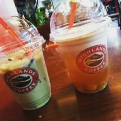 Trà xanh đậu đỏ + trà sen vàng của Củ Đậuu tại Highlands Coffee - IPH Indochina - 2007881
