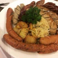 Nhà hàng Germany Authentic - thuộc hệ thống WINDSOR.  Xúc xích ăn ngon, khác hẳn với người họ hàng xa Đức Việt. Hồi xưa tôi hay thắc mắc hot dog bên tây có gì ngon mà trận superbowl nào khán giả cũng làm 1-2 cái. Giờ mới hiểu mù tạt, xúc xích kết hợp là thế  Tuy đều là thịt, nhưng không thể lỗ mãng linh tinh, ăn phải theo trình tự mới là sành điệu. Mới là có tâm với người tạo ra nước Đức.